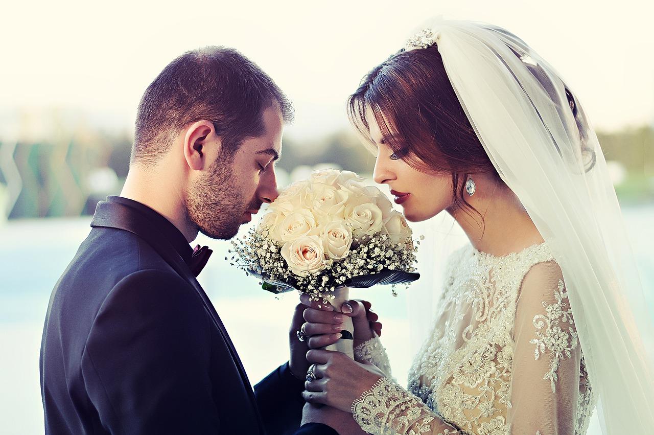 koppel huwelijk en bruidsboeket