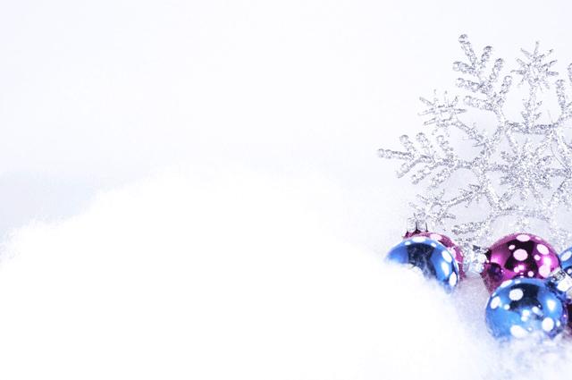 kerstballen in sneeuw